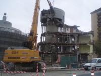 la maquina ataca al edificio / foto Angel R